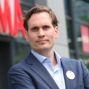 Bouwjaar 1983 Is Hoofd e-commerce, Hema Goudhaan in 2017 Opleiding Commerciële economie (Hogeschool Leiden)  Hoewel Hema het afgelopen jaar een flinke inhaalslag maakte op e-commercegebied, is er nog genoeg werk aan de (web)winkel voor het nieuwe hoofd e-commerce Raph Schröder. Hij nam dit jaar het stokje over van mede-Goudhaantje Tico Schneijder, die nu directeur Hema Nederland is. Schröder is echt Hema. In 2008 kwam hij als management trainee binnen. Onderdeel van zijn traineeship was een halfjaar meedraaien in het filiaal aan de hoofdstedelijke Kinkerstraat. 'Een hele mooie ervaring', meent Schröder. Later legde hij zich toe op de internationale e-commerce activiteiten van de Hollandsche Eenheidsprijzen Maatschappij Amsterdam.