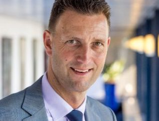 """De personeelskosten drukken, maar óók het noodzakelijke talent aantrekken. Aart Slagt heeft er als executive vice president HR & Industrial Relations bij 's lands oudste airline een hele kluif aan. """"Ik beland regelmatig in spannende onderhandelingssituaties"""", zegt hij daarover. Maar Slagt doet het met plezier. Sinds 1999 maakt hij zich al onmisbaar bij KLM. Toch verveelt hij zich nog lang niet. Sterker nog, hij blijft met veel plezier en liefde bikkelen om van KLM de meest klantgerichte, innovatieve en efficiënte netwerkcarrier ter wereld te maken. Met zo'n instelling prolongeer je dus een Goudhaantjes-vermelding."""