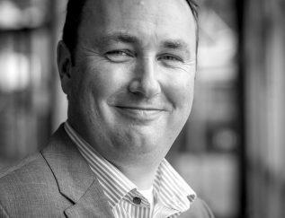 Bouwjaar 1974 IsCEO RET Goudhaan in2017 OpleidingRecht aan de Universiteit Utrecht, INSEAD en Nyenrode Met Maurice Unck haalde de Rotterdamse vervoerder RET dit jaar een specialist op het gebied van het openbaar vervoer in huis. In 2002 begon Unck bij de NS, waar hij verschillende commerciële functies bekleedde: van marketing en sales tot de internationale tak, bekend van de Thalys, Eurostar en de ICE's. De laatste jaren was Unck directeur van het innovatiefonds, bovendien is hij actief voor de verkeerslobby in Den Haag. Hij vroeg deze zomer het nieuwe kabinet om een mobiliteitsplan voor de Randstad, om 'Japanse toestanden' in het openbaar vervoer te voorkomen. Unck profileert zich als een people's manager en geeft aan trots te zijn op de klantgerichtheid die hij ziet bij medewerkers van RET. De nieuwe CEO maakte het van dichtbij mee: in de eerste maanden ging hij in uniform mee om vervoersbewijzen te controleren in tram en metro om zo te ervaren wat zijn medewerkers zoal doen.