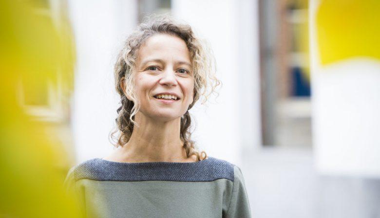 Onder invloed van de digitalisering evolueerden jobs inhoudelijk de voorbije jaren meer dan in de voorgaande decennia. De automatisering is nochtans al lang aan de gang en het internet staat ook niet meer in zijn kinderschoenen. Waarom dan die plotse evolutie? 'De digitalisering brengt nu voor het eerst veranderingen met zich mee in sectoren die ons allemaal aanbelangen. Banken gooien hun business model om en ontwikkelen apps die we met zijn allen gaan gebruiken', zegt professor Ans De Vos van de Antwerp Management School. 'Digitalisering in een context waar iedereen het heeft over langer werken en over onze pensioenen, maakt dat we bewust gaan nadenken over hoe we werken en hoe werk zal evolueren in de toekomst.' Psychologisch contract updaten Door toenemende robotisering en automatisering wordt het werk dat overblijft voor mensen complexer. Het vereist dan ook nieuwe skills. 'Een controller in een operation room kan zich niet meer beperken tot het vaststellen van problemen. Hij moet de ernst van de situatie inschatten, nadenken over wat hij moet doen, met wie hij contact moet opnemen, anticiperen… Voor bepaalde mensen kan dat moeilijk worden, omdat ze nieuwe vaardigheden moeten ontwikkelen.' Bovendien is er ook alsmaar meer data beschikbaar, zodat we ook daarmee moeten leren omgaan. 'Werkgevers hebben hun mensen te lang in hun comfortzone laten zitten'  'Je ziet vaak dat werkgevers hun mensen te lang in hun comfort zone hebben laten zitten', zegt De Vos. 'Daardoor hebben ze het moeilijk met de noodzakelijke transformatie die ze moeten doormaken. Dat mag hoe dan ook geen reden zijn om van scratch te beginnen met een nieuwe, jeugdige generatie. Het is veel belangrijker het psychologisch contract met je huidige werknemers aan te passen aan de nieuwe situatie. Zeg je mensen hoe je hun loopbaanzekerheid zult garanderen. Zorg dat iedereen mee wil met de veranderingen en werk de weerstand weg. Dat doe je door jobrotatie te introduceren, door crossfunctionele teams samen 
