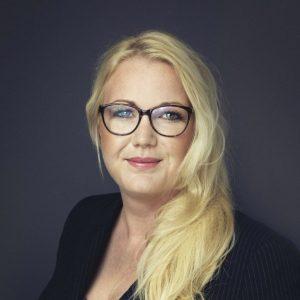 """Bouwjaar 1978 IsCTO Leaseweb Goudhaan in2016, 2017 OpleidingBusiness Management (HBO) Na twintig jaar in de telecomindustrie was het voor De Vos tijd voor een nieuwe uitdaging. Ze zegde haar baan op bij Tele2, waar ze op het hoofdkantoor in Zweden director of transformation shared operations was. Iets nieuws had ze nog niet, maar ze ging ervan uit dat er wel weer iets leuks langs zou komen. Dat kwam eerder dan verwacht. Het was de bedoeling dat ze zes maanden vrij zou hebben, het werden er twee. Op 1 januari begon ze aan haar nieuwe baan. 'De cloud- en hosting-industrie maakt grote stappen voorwaarts en niet alleen op technisch vlak. LeaseWeb is de afgelopen jaren enorm gegroeid en ik kijk ernaar uit om met dit bedrijf de volgende stappen te maken.' Haar grootste uitdaging voor de komende tijd? 'De balans tussen privé en carrière vast blijven houden, onder het motto """"het moet wel leuk blijven"""".'"""