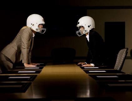 Steeds vaker wordt in arbeidsrechtelijke zaken met succes mediation ingezet. Mediation is het met behulp van een onafhankelijke derde bespreekbaar maken van een geschil om zo te komen tot een oplossing. Soms is de relatie dusdanig verstoord dat zelfs het kiezen van een mediator al tot de nodige discussies kan leiden. Hoe kies je nu de juiste mediator? Hoe kom je aan een mediator? Er zijn tal van mediators op allerlei rechtsgebieden. Elke mediator is anders. Voor een arbeidsconflict is het slim om een mediator te kiezen met kennis van het arbeidsrecht. Een belangrijke bron is het MfN-mediationregister. Het MfN-register (voormalig NMI-register) is een door de markt en de rechtspraak erkend kwaliteitsregister voor mediators. MfN-registermediators zijn gekwalificeerde mediators die voldoen aan bepaalde kwaliteitseisen en werken onder vastgestelde condities. Vraag daarnaast eens rond naar ervaringen met deze persoon of neem contact op voor een kennismakingsgesprek. Wie betaalt, bepaalt? De klik met en het vertrouwen in de mediator is belangrijk. Wantrouwen omdat een mediator door 'de tegenpartij' is aangedragen zou niet nodig hoeven zijn. Hoewel een werkgever vaak (een groot deel van) de mediation betaalt, gaat het gezegde 'wie betaalt bepaalt' niet op. Een mediator is een onafhankelijke derde en moet zich ook als zodanig opstellen. Een mediator geeft niemand 'gelijk' en zal niet een van partijen voortrekken. Dat heeft ook geen zin. Mediation is alleen een succes als beide partijen zich kunnen vinden in de oplossing. Dat is ook een van de redenen dat een partij moet kunnen weglopen van een mediation als dat niet zo is. Een mediator kiezen is niet altijd makkelijk Toch blijkt het niet altijd makkelijk om een keuze te maken, zo blijkt uit een recente zaak bij de kantonrechter Utrecht.Een werkneemster had zich ziek gemeld vanwege een arbeidsconflict. De bedrijfsarts adviseerde mediation, waarop de werkgever een HR-manager uit het concern als mediator voorstelde. De werkneem