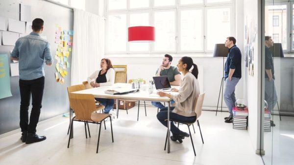 Waarom zelf doen? Er zijn veel voordelen te benoemen om content te maken binnen je organisatie. Het is fijn als je de experts in huis hebt die content kunnen bedenken en creëren. Enkele voordelen op een rij: • Eigen mensen zitten dicht op het vuur, ze kennen de organisatie en de doelgroep en horen op de werkvloer direct wat er speelt en leeft onder klanten en medewerkers. • Medewerkers snappen de tone of voice van het bedrijf en hebben kennis over de markt en de klanten. • Alle processen gaan sneller omdat je bij elkaar kunt binnenlopen, de lijnentussen beslissers en uitvoerders zijn korter • Interne mensen hebben meer draagvlak bij de rest van de organisatie. Of ga je uitbesteden? Wat zijn redenen om je content creatie uit te besteden aan externen: • Het is voor een klein bedrijf vaak niet realistisch om iemand aan te nemen die alleen maar met content bezig is. Het kost geld en moeite om een deskundige contentmaker in huis te hebben. • Content maken is een vak apart, een vak dat nogal eens wordt onderschat. Goede teksten schrijven of de juiste tone of voice vinden is niet iets wat je je medewerkers er even bij laat doen. • Ook de verschillende expertises zijn kostbaar om in huis te hebben. Videoproductie of het maken van infographics zijn kostbare specialisaties die specifieke kennis vragen. Niet iets dat een medewerker er even bij kan doen. • Redactioneel denken is een ander vakgebied en niet iets waar de communicatiemedewerker van een organisatie zich normaal gesproken mee bezig houdt. • Tijdsbesparing. Het scheelt veel tijd wanneer je een professionele interviewer inschakelt die jouw verhaal opschrijft en uitwerkt. Tijd die jij vervolgens aan je corebusiness kunt besteden. Combinatie Een combinatie van zelf doen en uitbesteden is het beste. Dit gebeurt niet alleen bij kleine bedrijven, ook grote organisaties zoals bijvoorbeeld Philips schakelen externe contentproducers in. Ze kunnen veel met hun eigen mensen, maar niet alles. Extern hulp inhuren is kosteneffecti