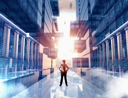 De nieuwe regels geven consumenten een veel betere bescherming van hun eigen data. Zo moeten bedrijven expliciet toegang vragen tot data van personen of om derde partijen toegang te geven tot deze data. Bovendien hebben mensen 'het recht vergeten te worden', oftewel, ze mogen eisen dat al hun persoonlijke gegevens uit de bestanden – en back-ups! – van een bedrijf worden gewist. Uit onderzoek van security-organisatie ESET blijkt dat 61 procent van de bedrijven de impact van de nieuwe wet- en regelgeving niet kan inschatten. En dan hebben we het nog niet eens over de impact op netwerkorganisaties, organisaties die vaak gegevens met elkaar delen. Wat moet je regelen en wie is er aansprakelijk op het moment dat er onverhoopt toch gevoelige data gelekt wordt? Mensen, processen en technologie Harm van Koppen is Distribution Channel Manager bij security-leverancier Sophos. Om het complexe vraagstuk van de GDPR behapbaar te maken, richt hij zich op drie thema's: mensen, processen en technologie. 'De veiligheid van gegevens valt of staat met de mensen die ermee bezig zijn. Het is belangrijk dat zij zich bewust zijn van de consequenties op het moment dat ze onverschillig met gevoelige data omgaan. Bewustwording is dus een heel belangrijk onderdeel in het proces om je netwerkorganisatie 'GDPR-proof' te maken. Je kunt met technologie veel afdekken, maar je voorkomt er niet mee dat een werknemer een foto maakt van een beeldscherm waarop privacygevoelige informatie staat.' Netwerkbedrijven doen er goed aan om hun processen kritisch te bekijken en te definiëren waar de beveiliging strakker moet en waar het minder noodzakelijk is. Met een voorbeeld van een woningbouworganisatie legt Harm van Koppen de processen uit. 'Een aanvraag voor een nieuwe keuken is een proces waar weinig privacygevoelige gegevens aan te pas komen. Maar bij de aanvraag voor huursubsidie zijn persoonlijke en financiële gegevens gemoeid. Classificeer de verschillende processen en de verschillende soorten inform