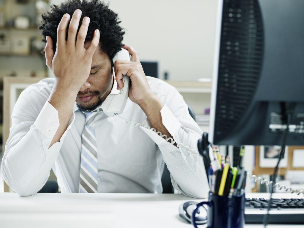 Niets is zo ergerlijk als een computer die vastloopt, een bestand dat verdwenen is of een dag eindigen met het gevoel niets te hebben kunnen doen. Wat zijn de grote frustraties waar werknemers gedurende een dag mee te maken krijgen? We zetten er een paar voor je op een rijtje. Herkenbaar? 1. Waar is dat ene document? Werknemers besteden gemiddeld bijna 19 minuten per dag aan het zoeken naar documenten en afbeeldingen, blijkt uit onderzoek van Sharp. Het rondmailen van documenten met cryptische bestandsnamen zorgt ervoor dat er veel verschillende versies bestaan en je bestanden vaak eerst moet openen voordat je ziet wat het ook alweer was. 2. Al die verschillende versies van een bestand Je stuurt het projectplan waar je hard aan hebt gewerkt rond in je team met de vraag of je collega's het van feedback willen voorzien. Een paar dagen later zit je met zes gereviewde versies die allemaal van elkaar verschillen. Waar begin je in hemelsnaam met het doorvoeren van de wijzigingen? Bovendien hebben meerdere collega's verschillende meningen over een bepaald punt; de ene heeft het zus gewijzigd en de andere zo. Wier wil is wet? 3. Dat belangrijke document op de laptop van je zieke collega Je bruist van de nieuwe ideeën en staat te popelen om verder te werken. Alleen valt die leuke brainstorm die je met je collega hebt ingepland in het water als blijkt dat hij vandaag ziek thuis blijft. En het document dat jullie gisteren aangemaakt hebben met alle ideeën, losse flodders en links staat natuurlijk… op ZIJN laptop. Je ideeënstroom droogt ter plekke op. 4. Trage software terwijl je thuis voor hetzelfde doel een goede app gebruikt Bijna twee derde van de werknemers gebruikt voor het werk liever zelf gedownloade apps dan de bedrijfssoftware die door de IT-afdeling van de organisatie beschikbaar wordt gesteld, blijkt uit onderzoek van Mobiquity. Maar als je aangeeft dat je voor bepaalde werkzaamheden een hartstikke handig tooltje hebt gevonden, krijg je vaak nul op het rekest van zo