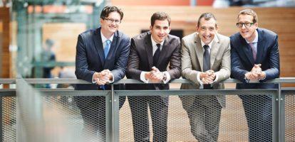 Vier mensen met verschillende achtergronden en expertise starten een bedrijf op. Hun business plan blijkt zo baanbrekend dat het viertal vier jaar later aan het hoofd staat van een van de meest succesvolle fintech scale-ups van België, dat dit jaar 60 procent van zijn omzet in Frankrijk realiseerde en een grootse entree maakt in Nederland. Hoe leid je met vieren een onderneming die zo snel groeit en hoe zorg je dat je succesvol blijft? Krijg inzicht in de sector David Van der Looven en Xavier Corman, twee van de vier oprichters van Edebex, zagen vanuit hun financiële functies bepaalde pijnpunten die het gevolg waren van de financiële crisis van 2008. 'Ten eerste waren er tal van ondernemingen met een overschot aan cash, die ze door de crisis niet veilig konden behouden en ze liefst wilden investeren en laten renderen', zegt Van der Looven. 'Corman stelde als CFO ad interim dan weer vast dat KMO's weinig cash hadden om hun groei te financieren en banken niet stonden te springen om hen van voldoende cash te voorzien. De banken waren voorzichtiger geworden, ze eisten meer garanties en omdat privémiddelen vaak als onderpand dienden, werd de vennootschap van de KMO als het ware uitgehold.' Wees inventief en innovatief Cashrijke ondernemingen die hun cash liever investeerden dan op te potten én KMO's met te weinig cash om te groeien? Van der Looven en Corman zagen mogelijkheden en hielden in januari 2013 Edebex boven het doopvont. 'Op de legale basis van factoring hebben we een disruptief en innovatief business model gebouwd: een online marktplaats die ondernemingen toelaat om hun cash flow te verbeteren door openstaande klantenfacturen te verkopen aan investeerders', zegt Van der Loven. 'De onderneming die haar facturen wil verkopen wordt nauwelijks in het proces betrokken. In tegenstelling tot wat bij klassieke factoring gedaan wordt, kijken wij enkel naar de kwaliteit van de factuur en de financiële gezondheid van de debiteur. KMO's kunnen hun schuldvorderingen binnen 