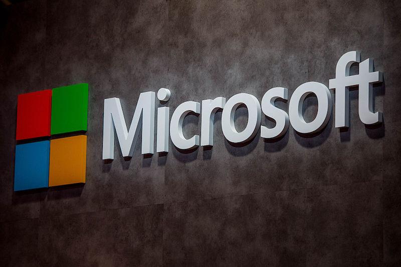 1. Microsoft verzweeg hackaanval Microsofts geheime interne database waarin bugs in de eigen software werden opgeslagen is in 2013 gehackt. Dat melden vijf werknemers aan Reuters. Microsoft heeft de hack niet bekend gemaakt aan het publiek of aan klanten, maar de vijf voormalige medewerkers hebben de aanval afzonderlijk aan Reuters beschreven. Microsoft wilde geen commentaar geven. De database die gehackt was, bevatte beschrijvingen van kritische en ongerepareerde kwetsbaarheden in Microsoft software, waaronder het Windows systeem. Deze informatie is zeer gewild bij spionnen van overheden en andere hackers omdat het ze laat weten hoe ze elektrisch kunnen inbreken. 2. Nederlandse Vogue en National Geographic wisselen van eigenaar Hearst Netherlands neemt de tijdschriftenQuest, JAN, Glamour en de Nederlandse versies van Vogue en National Geographic over van Gruner + Jahr. G+J Uitgever is in Nederland al eigenaar van onder meer de titelsCosmopolitan, Elle, Harper's Bazaar en Quote. Ook neemt Hearst een aantal titels op het gebied van relatiemedia over, de bekendste is de Holland Herald, het magazine van KLM. Deze overname maakt het Amerikaanse mediaconcern een van de grootste tijdschriftuitgevers van Nederland. Sanoma blijft koploper. 3. Janaillac: Air France groeit volgend jaar sneller dan KLM Volgens CEO Jean-Marc Janaillac groeit Air France volgend jaar sneller dan KLM. Dat komt vooral door de lancering van het budgetmerk Joon, de nieuwe dochtermaatschappij van Air France, zo meldt het FD.Op 1 december begint Joon met het aanbieden van Europese vluchten. Volgend jaar zal de maatschappij ook intercontinentale vluchten aanbieden, onder meer naar de Seychellen en Fortaleza in Brazilië. 4. GM gaat zelfrijdende auto's testen in New York General Motors gaat begin volgend jaar een test doen met zelfrijdende auto's in New York. GM is niet de enige automaker die met zelfrijdende auto's rondrijdt. Zo rijden er zelfsturende Fords rond in Pittsburgh en zuidoost Michigan. Maar G