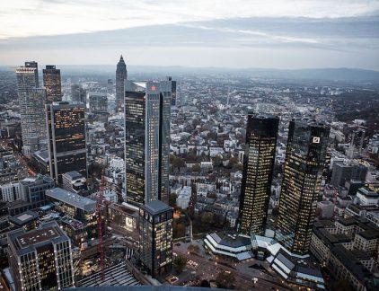1. Banken hoeven niet te splitsen De Europese Commissie heeft het voorstel om banken te verplichten de nuts- en zakenactiviteiten van elkaar te scheiden ingetrokken. De splitsing was voorgesteld om de instabiliteit zoals die tijdens de kredietcrisis naar voren kwam, te verminderen, zo schrijft het FD.De spitsing is van de baan omdat de onderhandelingen muurvast zouden zitten. Inmiddels is de financiële stabiliteit ook via andere maatregelen aangepakt, dus heeft de Commissie het voorstel ingetrokken. 2. Grote orders uit Duitsland en Belgie voor zelfrijdende auto's VDL Het Duitse BASF en het Belgische Katoen Natie hebben voor miljoenen euro's aan zelfrijdende voertuigen besteld bij VDL Automated Vehicles. BASF koopt zeven automatisch geleide voertuigen die onbemand gaan rondrijden in de Ludwigshafen. Katoen Natie heeft al een chauffeurloze truck rondrijden als test in Singapore. De Belgen krijgen nog eens elf van deze trucks. Om hoeveel geld het precies gaat, heeft VDL niet bekend gemaakt. 3. Vliegveld Brussel wil Nederlanders lokken Vliegveld Brussel wil meer Nederlandse passagiers. Datzegt topman Arnaud Feist dinsdag in Amsterdam bij de jaarlijkse Airneth-lezing, schrijft De Telegraaf.De topman ziet kansen nu het nieuwe kabinet weer een vliegtaks wil invoeren. 'De ervaring uit het verleden leert dat een prijsverschil van 40 euro voor intercontinentale vluchten het verschil kunnen maken. De vracht komt nu al naar ons toe, omdat vrachtmaatschappijen van Schiphol in sommige gevallen geweerd worden omdat de luchthaven vol is.' Een van de methoden om meer Nederlanders naar Brussel te lokken is de sponsoring van voetbalclub Willem II. 4. Saoedi Arabie gaat 500 miljard dollar uitgeven om megastad te bouwen De Saoedische kroonprins Mohammed Bin Salman heeft aangekondigd een nieuwe megastad te gaan bouwen aan de oevers van de Rode Zee, zo meldt Bloomberg. In de stad, met als werknaam NEOM, moeten andere regels gelden dan in de rest van het streng religieuze koninkrijk. Er is