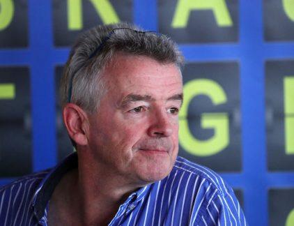 In België wordt Ryanair voor de rechter gesleept wegens honderd geannuleerde vluchten. Topman Michael O'Leary gaat momenteel door een van zijn moeilijkste weken sinds zijn aantreden. Een profiel. Michael O'Leary (56) is geen manager van de sympathieke slag. Interviews geeft hij zelden, waardoor de persconferenties van Ryanair stampensvol zitten met de pers. De uitspraken die hij daar doet als CEO van de luchtvaartmaatschappij, zorgen ervoor dat hij constant in het nieuws komt. Of het nou gaat over betalen voor het toilet, een vettax voor zwaarlijvige passagiers, introductie van staplaatsen, gratis vliegen, het aanbieden van kansspelen, het afschaffen van co-piloten: O'Leary heeft het allemaal beweerd voor zijn luchtvaartmaatschappij. De branie die hij toont met zijn uitspraken is toch ergens op gebaseerd: de Ierse luchtvaartmaatschappij vervoerde in 2016 117 miljoen mensen - 7 miljoen meer dan concurrent Lufthansa. Het bedrijf verwacht te groeien naar 200 miljoen passagiers in 2024. Begin maart was de Ierse prijsvechter 17,6 miljard euro waard, ruim twee keer zoveel als Lufthansa. De beurswaarde van KLM-AirFrance valt met een krappe 2,5 miljard euro daarbij helemaal in het niet. Taxi O'Leary is sinds 1994 als CEO betrokken bij het bedrijf, na drie jaar jaar in de Raad van Bestuur gezeten te hebben. Zijn komst naar de luchtvaartbranche was een toevallige: hij houdt naar eigen zeggen niet eens van vliegtuigen. Toen hij afgestudeerd was aan Trinity College Dublin, werd hij in 1987 ingehuurd als accountant van Tony Ryan, oprichter van de inmiddels failliete vliegtuigbouwer Guinness Peat Aviation. Ryan was tevens een van de medeoprichters van Ryanair, een paar jaar daarvoor. Hij rekruteerde O'Leary voor het bedrijf, die opklom binnen tot CEO. Niet alleen zijn uitspraken zijn controversieel, ook zijn gedrag gaat niet altijd volgens het boekje. In 2004 startte O'Leary een taxibedrijf met slecht één auto: zijn eigen Mercedes. Het gaf hem de mogelijkheid om over de buslaan t