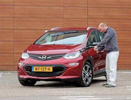 Zo doodordinair als hij oogt, zo revolutionair is de Opel Ampera-e. Niet omdat de Europese versie van de Chevrolet Bolt elektrisch is en daardoor heerlijk rijdt, stil, vloeiend en, als je daar zin in hebt, bloedsnel. De werkelijke doorbraak is de actieradius die je krijgt voor je geld. Tesla Model S In een dikke Tesla Model S zweet je ook nooit peentjes om een lege batterij, maar die is onder de 90 mille niet meer leverbaar. Voor minder dan de helft komt de Ampera-e op papier 520 kilometer ver, in de praktijk zijn dat nog altijd 400 echte kilometers. Een geruststellend getal. Het maakt elektrisch rijden een stuk praktischer en – belangrijker nog – minder spannend. Is de laadpaal weer bezet door plug-inhuichelaars? Dan laden we thuis wel. En mocht de nood aande man zijn, dan pompen we bij Fastned in een half uurtje genoeg prik erbij voor de volgende 200 kilometer. Zolang je je met de elektro-Opel aan de maximumsnel- heden houdt, is hij ook op de snelweg redelijk zuinig. Zuinig Zuinig is hij trouwens ook van binnen. Dit is een Amerikaanse budgetauto, met veel hard plastic, een matig dashboard en een onhandig multimedia- systeem. En noem ons ouderwets, maar we navigeren toch liever met een ingebouwd systeem dan via onze telefoon. Helaas: niet leverbaar. En toch, voor nog geen 41 mille kom je tweemaal zo ver als met de meeste compacte concurrenten. De volkse Opel lijkt ook de veelbesproken Tesla Model 3 te snel af te zijn – die komt pas volgend jaar en gaat met zijn grootste batterij tegen de 50 mille kosten. Líjkt, want de Ampera-e is nauwelijks tot niet leverbaar. Als je hem nu bestelt, durft Opel niet eens te beloven dat hij volgende zomer wordt geleverd. Het is bijna tragisch: nu GM dochter Opel heeft overgedaan aan het Franse PSA, lijkt de productie voor Europa niet de grootste prioriteit.