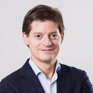 """Bouwjaar 1976 Is CCO, Coolblue Goudhaan in 2015, 2016 en 2017 Opleiding Bedrijfskunde (Universiteit Maastricht), Register controller (Erasmus Universiteit Rotterdam) """"Mijn hart gaat meer uit naar het aanzwengelen van groei, dan het beheersen van de kosten"""", zei Jasper Hoogeweegen ooit. Logisch dus dat Hoogeweegen bij het winning (directie)team van groeiwonder Coolblue prima op zijn plek zit. Als cco is hij verantwoordelijk voor de commerciële teams, winkels en business-to-business van de online retailer. Voordat hij 'alles voor een glimlach' ging doen, was hij businessanalist bij Shell en consultant bij Bains & Company."""