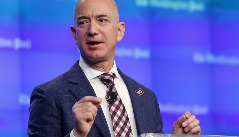 Stel, Jeff Bezos van Amazon loopt morgen onder de tram. Wie volgt hem dan op? Onderzoekers van Stanford Business School vroegen bestuurders van Amazon en 99 ander Fortune 250-bedrijven naar hoeveel mensen zij in staat achten hun topman op te volgen. De bestuurders bij Amazon kwamen met twee anmen. Slechts twee - niet met name genoemde - kandidaten waren volgens de eigen bestuurders in staat Bezos als baas op te volgen. De markt voor top-bestuursvoorzitters is krapper dan ooit, stellenStanford Graduate School of Business. Ze ondervroegen zowel uitvoerende als niet-uitvoerende bestuurders (executives en non-executives). Nu is Bezos als oprichter uniek. Bezos ís Amazon. Maar het probleem speelt bij veel meer bedrijven. Gemiddeld waren er vier potentiële kandidaten voor de CEO-positie bij de 100 onderzochte bedrijven. Het ging dan om opvolgers die de baan net zo goed, of beter konden doen dan de huidige CEO. Techbedrijven en oprichters Het lastigst blijkt het opvolgers te vinden voor bedrijven waar de oprichter nog aan de macht is. Voor Elon Musk bij Tesla zijn er maar drie mogelijk geschikte kandidaten, voor Warren Buffett bij Berkshire Hathaway eveneens drie. Dat is op zich niet zo verwonderlijk: het gaat best vaak fout als een oprichter vertrekt. Kijk naar Microsoft dat onder Bill Gates' opvolger Steve Balmer veel van zijn glans verloor. Of naar Blokker Holding in Nederland, waar het na het vertrek van Jaap Blokker onder Roland Palmer bergafwaarts ging. Tim Cook lijkt als opvolger van Steve Jobs de uitzondering op de regel. Het type bedrijf speelt ook een grote rol.Bedrijven in een relatief nieuwe business, zoals de meeste techbedrijven, of bedrijven waarvan het businessmodel onder druk staat, zoals mediabedrijven, hebben het extra lastig mensen te vinden. Softwarebeveiliger Symantec versleet maar liefst vier topmannen binnen tien jaar. Walt Disney heeft onlangs topmen Robert Iger gevraagd om wat langer aan te blijven. Iets 'eenvoudiger' is het mensen te vinden voor 