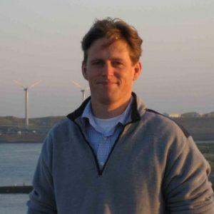 Bouwjaar 1974 Is Area manager, Van Oord Goudhaan in 2016 en 2017 Opleiding Civiele techniek (TU Delft), MBA (Nyenrode) Jurjan Blokland is een bouwer met voorliefde voor natte waterbouw en zeewater. Dat is net zo stoer als het klinkt. Blokland is bij Van Oord verantwoordelijk voor alle commerciële en projectmatige zaken rondom de aanleg van offshore windparken. Op zijn afgeronde-projecten-lijstje staan megawindparken voor de Britse, Duitse en Belgische kust. We kunnen dus gerust zeggen dat het hem aardig voor de wind gaat (pun intended). Hoe kan het ook anders, met zo'n motto: 'voor het vinden van de weg, moeten we gewoon op weg'.