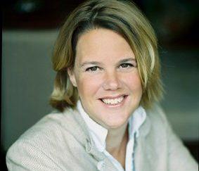 """Bouwjaar 1973 Is Executive vice president Merchandising & Sourcing, Ahold Goudhaan in 2016 en 2017 Opleiding Levensmiddelentechnologie (HAS Den Bosch), Managementprogramma's (Cornell University en Harvard Business School) Op haar 40e trad Marit van Egmond al toe tot de directie van Albert Heijn, als senior vice president versproducten. Binnen no-time stond er in 2015 ook 'executive' achter haar naam. Van Egmondt – volgens bronnen 'een vrouw met ceo-potentie' – is dus verantwoordelijk voor het hele verse, houdbare en non food-assortiment van de 950 AH-winkels én alle commerciële activiteiten die daarbij komen kijken. Over haar drive zegt ze: """"Ik wil er met mijn team en onze leveranciers voor zorgen dat eten lekkerder, gezonder en duurzamer wordt. En dat het betaalbaar blijft."""""""