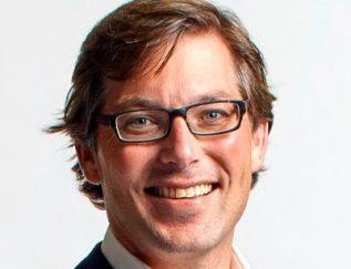 """Bouwjaar 1974 Is Managing director, Vrumona Goudhaan in 2016 en 2017 Opleiding Economie (Universiteit van Amsterdam), Controlling (Vrije Universiteit) Deze Heineken-man heeft sinds 2015 de leiding over Vrumona, de frisdrankdochter van de bierbrouwer. Murk Spits richt zijn pijlen als managing director op caloriereductie: """"Waar de hele branche tussen 2012 en 2020 inzet op tien procent reductie, willen wij een stuk hoger uitkomen. Wij zijn absoluut koploper op het pad naar een gezonder schap. En dat blijven we ook."""" Nederland is voor Spits een betrekkelijk tam speelveld. Een greep uit zijn buitenlandervaring voor Heineken: een stage in Papoea-Nieuw-Guinea, verantwoordelijk geweest voor exportkantoren in Pacifisch-Azië en de Golfstaten, en drie jaar dienst in de Democratische Republiek Congo."""