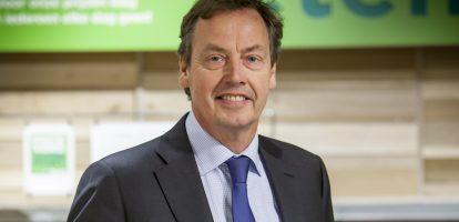 De supermarkt is er bij Jan Brouwer letterlijk met de paplepel ingegoten. Zijn ouders hadden acht supermarkten die bij Schuitema waren aangesloten. Na zijn studie economie in Groningen gaat hij in 1981 bij Schuitema aan de slag als marketingmedewerker. Hij heeft er diverse (bestuurs)functies en is onder meer de grondlegger van de formule C1000. Ruzie met Ahold In 1996 wordt hij directievoorzitter van Schuitema. Onder zijn leiding verdrievoudigt de beurswaarde van het bedrijf en verhoogt hij het marktaandeel van 10 naar 16 procent. Dat leidt tot frictie met moederbedrijf Ahold dat weliswaar 73 procent van de aandelen, maar geen zeggenschap had over het bedrijf. Ahold is eigenaar van marktleider en concurrent Albert Heijn en kreeg last van de kleinere keten. De ruzie tussen Brouwer en Aholds topman Cees van der Hoeven wordt publiekelijk uitgevochten. Brouwer houdt voet bij stuk:'Wij hebben respect voor onze grootaandeelhouder, maar er kan geen sprake zijn van samenwerking met een partij die ook nog eens onze grootste concurrent is,' zegt Brouwer erover.In 2006 vertrekt hij vanwege verschil van inzicht met de raad van commissarissen over het te voeren beleid. Hij krijgt een afkoopsom van 2,45 miljoen euro. Laurus Zijn volgende baan is bij het noodlijdende Laurus. Daar is topman Harry Bruijniks op zijn beurt opgestaptna een conflict met de raad van commissarissen. Het conflict ging over de toekomst van de supermarktformule Super de Boer. Laurus verkeert in zwaar weer omdat de ombouwoperatie van de ketens Edah, Konmar en Super de Boer in 2001 mislukt is. Daarop zakte het concern steeds verder weg en moest het de ketens Edah en Konmar verkopen om schulden af te lossen. In 2010 wordt Super de Boer gekocht door Jumbo en vertrekt Brouwer. Hij richt zich vooral op commissariaten in de retail.In 2014 gaat hij weer actief besturen en wordt bestuursvoorzitter bij Plus supermarkten. Zelf zegt hij er het volgende over: 'Voor Plus en haar supermarktondernemers trek ik mijn jasje gr