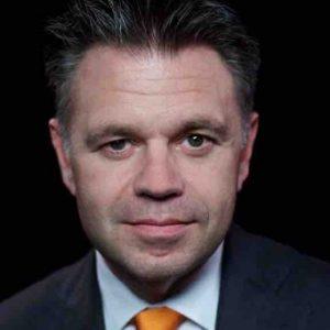 """Bouwjaar 1974 Is CFO, VodafoneZiggo Goudhaan in 2009, 2010, 2011, 2012, 2013, 2014, 2016 en 2017 Opleiding Bedrijfseconomie (VU) Achtvoudige Goudhaan Ritchy Drost is CFO van joint venture VodafoneZiggo. Een mooie kers op de taart van de nu al zeer indrukwekkende loopbaan van Drost. Hij maakte in sneltreinvaart carrière bij kabelaar UPC en moederbedrijf Liberty Global. Op 27-jarige leeftijd was hij al vice-president Finance en op 31-jarige leeftijd mocht hij zich CFO van UPC noemen. """"Drive is dan ook belangrijker dan ervaring"""", aldus Drost in een interview met Intermediair. In een eerder interview met MT noemt hij zichzelf iemand met een 'geweldige hoeveelheid energie'."""