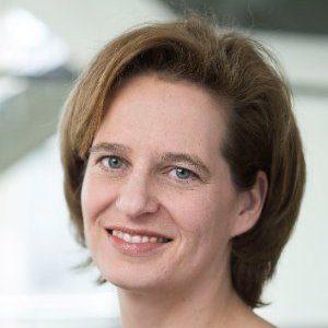 """Bouwjaar 1974 Is Executive director en lid raad van bestuur, CBRE Goudhaan in 2016 en 2017 Opleiding Bouwkunde (TU Delft) en Rechten (Rijksuniversiteit Leiden) Wendy Verschoor zet zich als vastgoedprofessional in voor transparantie en integriteit in de vastgoedsector. Aan het FD vertelde ze: """"Er is een sterke behoefte bij mensen die in de vastgoedwereld werken om de sector te veranderen. De vastgoedfraude heeft dat in gang gezet."""" Niet gek dus, dat zij naast uitvoerend directeur van vastgoedadviesbureau CBRE ook voorzitter is van RICS, een wereldwijde beroepsorganisatie voor vastgoedprofessionals. In beide functies komen haar uitstekende strategische kwaliteiten goed van pas. Komt vast goed allemaal, met deze dame."""