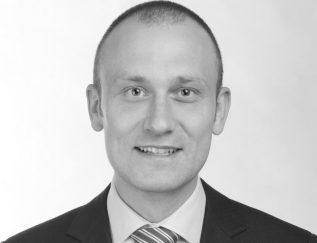 Bouwjaar 1980 Is CEO Vomar Goudhaan in 2017 OpleidingBusiness Administration aan de Erasmus Universiteit Het cv van Aart van Haren, CEO van supermarktketen Vomar, is relatief bescheiden in omvang. Na een opleiding Business Administration aan de Erasmus Universiteit begon Van Haren als managementtrainee bij Detailresult, de joint venture van de supermarktketens Dirk van den Broek en DekaMarkt. Na vijf jaar werd hij directeur van Dirk, Bas en Digros, dochtermerken uit de stal van Dirk van den Broek. In 2014 maakte hij de overstap naar concurrent Vomar. Daar werd Van Haren binnengehaald om een herpositionering te begeleiden. Met succes investeerde hij 50 miljoen euro in de verbouwing van 64 winkels en in het doorvoeren van prijsverlagingen. Vomar is volgens onderzoeksbureau Nielsen de snelst groeiende supermarkt van Nederland, vorig jaar behaalde het bedrijf zeven procent groei. Het vervult Van Haren met trots: 'Vomar is weer een winnend retailbedrijf.'