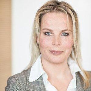 """Bouwjaar 1975 Is Vice president customer business to consumer, Nuon Goudhaan in 2016 en 2017 Opleiding Business administration (Erasmus Universiteit Rotterdam) Cindy Kroon is als commercieel en operationeel directeur b2c-markt bij Nuon verantwoordelijk voor alle producten en diensten voor particulieren en mkb-bedrijven. Oud-collega's omschrijven haar als 'intelligent en strategisch sterk'. Kroon is niet bang om op haar bek te gaan. Ze vertelde daarover aan Marketingfacts: """"We moeten durven doen, omdat we de oprechte intentie hebben om het voor klanten beter te maken. Als we dan fouten maken en ervan leren, dan vind ik dat niet erg. De maatstaf is dat je het kunt uitleggen aan klanten."""""""