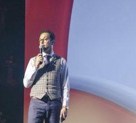"""Bouwjaar 1981 Is Directeur B2B, VodafoneZiggo Goudhaan in 2017 Opleiding International business strategy (Universiteit Maastricht) """"You don't build a business. You build people and then people build the business."""" Het is de fundamentele overtuiging van Goudhaantje Roy van de Kamp, directeur B2B VodafoneZiggo. Als er in zijn carrière één constante is, dan is het: verandering. Bijna iedere drie jaar grijpt Van de Kamp de kans om iets nieuws te doen binnen het telecombedrijf. Dit jaar kwam hij, na een aantal internationale functies, terug naar Nederland om te helpen bij het samenvoegen van Vodafone en Ziggo."""