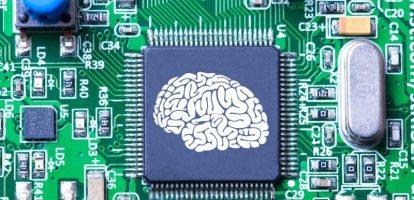 Artificial Intelligence (AI) kan de kosten van marktonderzoek enorm reduceren. Computers verwerken data en doen geautomatiseerde voorspellingen. 'We hebben bij Insites Consulting het experiment gedaan en in een community bots de vragen laten stellen. De efficiëntie nam met 80 procent toe! Onder meer omdat we minder tijd in moderatie hoefden te stoppen. Computers kunnen op basis van woordkeuze ook voorspellen of mensen nog verder zullen deelnemen. Daardoor is er minder verloop en dus meer participatie', zegt Niels Schillewaert, managing partner en co-founder bij InSites Consulting. 'Maar om bijvoorbeeld humor of ironie te interpreteren, om gedrag te verklaren en te begrijpen, hebben we mensen nodig. Mens en machine samen kunnen enorm efficiënt zijn: machines nemen de repetitieve taken over en de mens krijgt ruimte om creatief bezig te zijn. Het repetitieve, descriptieve onderzoek in marketing staat onder zware druk, maar verklarend onderzoek zal belangrijker worden', aldus Schillewaert. Data rich, insight poor Door de digitalisering wordt marketing steeds meer data driven. Facebook, Spotify etc. zitten op een constante en omvangrijke datastroom. 'Als ze een nieuwe feature willen introduceren kunnen ze die heel snel gericht testen op een klein publiek en zien ze ook instant wat werkt en niet werkt. Die evolutie zal marktonderzoek en marketing zoals we het kenden definitief veranderen.' Organisaties hebben massa's interessante data voorhanden via hun eigen Facebook-pagina, Twitter stream, Google Analytics… Keerzijde van de medaille: marketeers en brand owners hebben het idee dat ze alles weten en denken minder research nodig te hebben. Dat is een vals gevoel, waarschuwt Niels. 'De data die we online binnen krijgen is niet altijd even betrouwbaar én social is niet de hele wereld. Door de massa gegevens zijn we data rich, maar insight poor. De challenge zal zijn om de online en offline datastromen samen te brengen én daarmee de brug naar sales te slaan, door die data te 