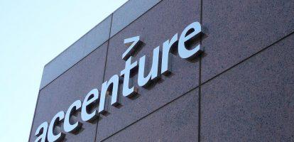 1. Onrechtmatige deal tussen Belastingdienst en Accenture De nieuwe staatssecretaris van Financien, Menno Snel, heeft de Tweede Kamer in zijn eerste brief op de hoogte gesteld van een onrechtmatige deal tussen de Belastingdienst en IT-bedrijf Accenture. Het gaat om een deal uit 2013, waarbij Accenture de onderzoeks- en ontwikkelingsafdeling bij de Belastingdienst mocht opzetten. Dat schrijft het FD. Medewerkers van de Belastingdienst zouden dit gedaan hebben om Accenture tevreden te houden. Het bedrijf had eerder al opdrachten voor de Belastingdienst uitgevoerd. Zowel het verantwoordelijke afdelingshoofd als zijn directeur waren hiervan op de hoogte en grepen niet in, schrijft Snel in de brief. De gevolgen van de brief zijn nog niet duidelijk. 2. Bod van 3 miljard op winkelketen Kaufman van Hudson's Bay Investeringsmaatschappij Signa Holding heeft een bod van 3 miljard euro uitgebracht op winkelketen Kaufman, dat in handen is van Hudson's Bay Company (HBC). De Oostenrijkse vastgoedinvesteerder Rene Benko is eigenaar van Signa. Hij liet Kaufman twee jaar geleden door zijn vingers glippen, dat destijds verkocht werd aan HBC voor 2,83 miljard euro. Voor HBC lijkt het een goed moment, het bedrijf kwakkelt al een tijdje en sloot vorige week een megadeal met een investeerder. Volgens Reuters reageert HBC half november op het bod. 3. Nederland zakt van 28e naar 32e plek op ranglijst zakendoen Nederland is vier plaatsen gedaald op een jaarlijkse ranglijst over zakendoen van de Wereldbank. Hoewel we beter scoorden dan vorig jaar, werden we ingehaald door onder meer Thailand. Nederland staat nu op plek 32, met Frankrijk (30) en Tsjechie (31) voor ons. In de top drie staan Nieuw-Zeeland, Singapore en Denemarken. De wereldbank scoort Nederland hoog op mogelijkheden om te handelen met het buitenland en om een bedrijf op te zetten. Kritiek was dat het moeilijk is om een lening te krijgen, kleine investeerders niet goed worden beschermd en het lastig is om juridisch een contract a
