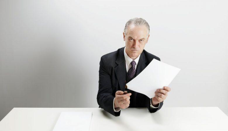 Managers hebben vaak geen idee hoe groot hun (negatieve) impact is op hun medewerkers. Op die stelling baseert Bart Groothuis zijn boek, dat wordt gevuld met herkenbare, maar ook stereotype managers die een verkeerde manier van leidinggeven hanteren. Zo zullen velen de manager herkennen die áltijd druk is, of die zijn kop in het zand steekt bij problemen. Maar ook de professional die gepromoot werd tot manager zonder over leidinggevende vaardigheden te beschikken en de hypocriete manager kennen de meesten wel. De 'lul' Groothuis is organisatieadviseur en valt ook regelmatig in als interimmanager. Vijf jaar geleden zat hij met een groep klanten bij een vergadercentrum in een hotel waar hij regelmatig kwam. 'De service hier was altijd heel goed, maar dit keer ineens niet.' Groothuis ging verhaal halen bij een medewerker en kwam er zo achter dat het hotelpersoneel een nieuwe manager had. 'Een lul', zo omschrijft een medewerker hem in het boek. 'Dat had enorm veel impact op het personeel, en daarmee ook de klanten. Wij.' Groothuis verzamelde daarom verhalen uit zijn omgeving, maar gebruikte ook eigen ervaringen en die van collega's over verkeerde managementstijlen. Ik ben uitgekomen op 41 stijlen in het boek, maar in werkelijkheid zijn het er veel meer. Kijk maar naar de #metoo-discussie die nu gevoerd wordt, zo'n soort manager is natuurlijk helemaal verschrikkelijk.' Met het boek hoopt Groothuis managers een spiegel te bieden en medewerkers een steuntje in de rug te geven. 'Het is natuurlijk heel confronterend om jezelf als manager in een van die stijlen te herkennen', legt Groothuis uit. 'Dat is voor niemand leuk, maar het is wel goed. Vaak hebben managers helemaal niet door wat voor impact ze hebben op hun team. Ze kunnen verkeerd gedrag gaan vertonen wanneer ze gestresst zijn. Voor medewerkers geldt: het is prettig om gedrag van je moeilijke manager te herkennen. Bovendien staan er tips in het boek om het gedrag van je manager wat meer te sturen.' 41 verkeerde manag