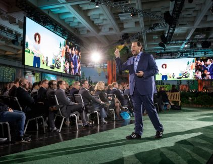 'This conference is not about technology, it is about YOU!', buldert Salesforce-CEO Marc Benioff de zaal in. 'You are all Trailblazers and you are doing an AMAZING job.' Het publiek in het Moscone conferentiecentrum juicht. Tijdens de ruim twee uur die de keynote duurt zal er een volledige Hawaiiaanse dansgroep op het podium komen, wordt de spirit of Aloha geëerd, en staan de CEO's van Adidas, Kone, IBM Bluewolf, Girlscouts of America,en de VP van Google Cloud op het podium. Amazing In de speeches die komen zal het woord amazing ongeveer een keer per minuut vallen, soms wel drie keer per zin. You are amazing, we are on an amazing journey, the clients are amazing, the product is amazing en ga zo maar door. Dreamforce is een fenomeen. Elk jaar komen 170.000 mensen naar San Francisco om bijgepraat te worden over de nieuwste ontwikkelingen op het gebied van de cloudbased CRM-software. Het thema Trailblazers, zoals Salesforce zijn klanten noemt is overal doorgevoerd. Er is een straat afgezet, die volledig is bekleed met kunstgras. Wegwijzers zijn aangekleed als rangers, overal er staan nepbomen, en er hangen posters in met klanten in Salesforce in bergtaferelen. Nuchterheid Het is met Hollandse nuchterheid moeilijk om niet in lachen uit te barsten bij al dit spektakel. Toch heeft het wel iets, deze onbeschaamde positiviteit. Ik probeer het te verplaatsen naar Nederlandt, dat Kees van Dijkhuizen, CEO van ABN Amro vlak voor een congres een Hawaiiaanse krans omgehangen krijgt, en ik zie Ahold Delhaize-CEO Dick Boer niet juichend de CEO van Campina ontvangen om hem te bedanken voor de 'amazing job' die hij doet met het leveren van zuivel. Toch heeft het wel iets. Want ondanks alle zelfverheerlijking, superlatieven en Amerikaanse taferelen zit de conferentie superstrak in elkaar. Vijf leerpunten voor cynische Nederlanders. De Goodies zijn een ecosysteem op zich Iedereen op de conferentie krijgt een tas met spullen,Een prima tas, daar niet van, maar daar onderscheid je je niet