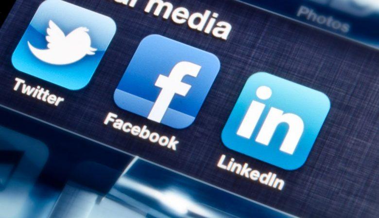 Richard van der Blom leidt social mediabedrijf Just Connecting dat zich specifiek op LinkedIn richt en is expert als het gaat om Linkedin marketing. Hij kwam al in 2005 in aanraking met LinkedIn tijdens een salestraining in Amerika. Een gebruiker van het eerste uur. Van der Blom: 'Wij helpen Nederlandse en buitenlandse bedrijven zodat zij LinkedIn in kunnen zetten bij hun marketing- en salesactiviteiten. Denk hierbij bijvoorbeeld aan zaken als algoritmes en productontwikkelingen. Als echte Linkedindeskundige zit ik elke dag uren achter LinkedIn.' LinkedIn marketing, hoe werkt het? Op LinkedIn zijn drie lagen belangrijk: de bedrijfsprofielen, de persoonlijke profielen en de groepen. Je ziet dat heel veel bedrijven een profiel hebben, weinig aan marketing doen en alleen op het medium zitten om vacatures te delen. Andere bedrijven gebruiken hun profiel ook om eigen nieuws te delen over hun diensten, producten en samenwerkingen. Zij zien LinkedIn voornamelijk als een marketingtool. Volgens Van der Blom is dat niet verstandig: 'Deze bedrijven gebruiken LinkedIn bijna allemaal als zendkanaal en niet voor interactie. En dat is zonde: mensen reageren namelijk sneller op persoonlijke content dan bedrijfscontent. Ik ga regelmatig in discussie met een directeur of hoofd marketing en vraag hen in hoeverre hun medewerkers als ambassadeur van het bedrijf mogen optreden: mogen ze zelf verhalen posten of sharen? Hun profielen hebben veel meer marketingwaarde dan het bedrijfsprofiel. Het antwoord is meestal dat het een verplichting is om content van het bedrijf te delen. Ik ben van mening dat je nooit moet verplichten maar dat je wel op zoek moet naar ambassadeurschap. Weten je medewekers niet of niet goed hoe LinkedIn werkt, hoe je er actief op kunt zijn? Investeer hier dan in. Geloof me, dit betaalt zich direct terug. Mensen volgen namelijk geen bedrijven op LinkedIn, wel personen. Wij zien heel veel nieuws voorbijkomen van bedrijven maar dat komt altijd via de persoonlijke profie