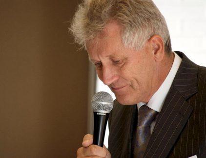 De Groninger staat vooral bekend om de val van DSB-bank, die hij samen met zijn vrouw Baukje vanuit huis oprichtte. Het was jarenlang een hobby van Scheringa, financieel advies geven aan vrienden en familie, waar hij in 1975 zijn werk van maakte. Hij verliet de politie en zette vol in op Buro Frisia, wat later DSB zou worden. Via overnames en uitbreiding groeide de bank snel uit tot een gedegen speler in het Nederlandse financiële landschap. Val van DSB 'De crux begon in 2005', zegt FD-redacteur Frits Conijn in een interview met MT. Toen werden alle activiteiten van DSB onder een kap geschaard: DSB Groep. 'Een zet van de financiële mensen in het bedrijf om de macht van de verkoopafdeling onder leiding van Hans van Goor in te perken, maar het blijkt uiteindelijk een Paard van Troje te zijn', aldus Conijn. Hij omschrijft Scheringa als een goede leider die innig contact heeft met zijn personeel. Dat verandert in 1999, wanneer iemand dreigt om Scheringa te ontvoeren. Scheringa huurt beveiliging in en creëert meer afstand tot het personeel, wat de sfeer binnen het bedrijf negatief beïnvloedt en waardoor hij geïsoleerd raakt. De definitieve problemen voor het bedrijf komen vier jaar later, wanneer klanten in financiële moeilijkheden komen doordat de aflossing voor hun hypotheek veel hoger uitvalt dan zij dachten. DSB ontvangt een boete voor het niet goed informeren van haar klanten over de 'woekerpolissen'. Later in 2009 komt er een run op de bank, waarbij veel klanten al hun geld bij de bank opnemen. Dat zorgde voor acute liquiditeitsproblemen en DSB ging failliet. Scheringa zei later dat hij dacht dat er een complot was bedacht door De Nederlandsche Bank, de curator van de bank, om DSB ten val te brengen. Politieke voorkeur Naast DSB was Scheringa ook eigenaar en later voorzitter van de voetbalclub AZ. Hij sponsorde daarnaast vele andere sportteams en zette het Scheringa Museum voor Realisme op. Na het faillissement van DSB trad hij af bij AZ. Scheringa heeft ook altijd