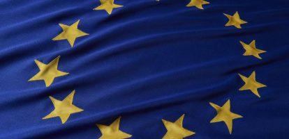 1. Nederlandse economie groeit en werkloosheid daalt Nederland ontvangt een zonnige boodschap van de Europese Commissie. Uit de berekeningen blijkt dat de economie dit jaar met 3,2 procent groeit. In 2018 zal dit 2,7 procent zijn en in 2019 2,5, wat de Europese Commissie 'nog steeds solide' noemt. Nederland zit daarmee flink boven het gemiddelde van de eurozone, namelijk 2,2 procent voor dit jaar. Toch doen we het minder goed dan landen als Malta (5,6%), Ierland (4,8%) en Slovenie (4,7%). Naast economische groei zal de werkloosheid dalen van 4,8 procent naar 3,5 procent in 2019. 2. Booking.com strijdt mee tegen illegale verhuur Booking.com mengt zich in de strijd tegen illegale verhuur van appartementen in Amsterdam. Het bedrijf heeft hierover afspraken gemaakt met de gemeente Amsterdam, die per 1 januari 2018 ingaan. Zo mogen woonruimtes niet langer dan 60 nachten verhuurd worden en mogen er per woonruimte maximaal vier mensen verblijven. De gemeente is al langer bezig met de strijd tegen illegale (ver)huur, zo werden er ook soortgelijke afspraken met Airbnb gemaakt. 3. Opel komt met plan om weer winst te maken Opel heeft een plan om weer winstgevend te worden. Het Duitse automerk gaat inzetten op de verkoop van 800.000 auto's per jaar in plaats van 1,2 miljoen, maar wel richt zich dan wel op de duurdere auto's. Daarmee hoopt het bedrijf in 2020 2 procent winst te behalen en dit op te kunnen schroeven naar 6 procent in 2026. Daarnaast gaat Opel inzetten op elektrisch rijden en zal het in de kosten gaan snijden. Er zouden geen banen verloren moeten gaan, schrijft het bedrijf in een persbericht. Er wordt wel gekeken naar vervroegd pensioen en arbeidsafvloeiingsregeling. 4. 14 miljoen voor startup die strijdt tegen cybercrime Met de groei van cybercrime, groeit ook het aanbod in cybersecurity. De Amsterdamse startup EclecticIQ sprong in in een gat in de markt, bijna vier jaar geleden. Ze verkopen geen beveiligingssoftware, maar een dashboard met data over onder meer m