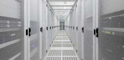 IT-netwerken worden steeds complexer. Niet alleen computers zijn met elkaar verbonden, maar ook mensen en apparaten communiceren mee. Dat zorgt voor een enorme en onoverzichtelijke stroom aan data die over de netwerken gaat. Onmogelijk Zoveel data, dat het bijna onmogelijk wordt voor IT-afdelingen om dit effectief te monitoren. ' IT-afdelingen zijn 70 procent van hun tijd kwijt om de netwerken gewoon draaiend te houden. En de IT-afdelingen hebben het al zwaar. Er is een tekort aan IT-ers en binnen de sector is er ook nog een tekort aan expertise, bijvoorbeeld op het gebied van cybersecurity', zegt Hendrik Blokhuis, binnen Cisco verantwoordelijk voor het programma Digitale Versnelling Nederland. Voor netwerkleverancier Cisco was dit reden om kunstmatige intelligentie toe te passen op het bewaken van het netwerk. 'Het algoritme vervangt niet de IT-afdeling, maar helpt ze. Door alle data te analyseren kunnen we pro-actief de afdeling helpen met analytics.' Vastlopen Een voorbeeld is als het netwerk dreigt vast te lopen. Zonder AI merk je dat het netwerk vastloopt op het moment dat een site erg langzaam wordt of als pagina's niet meer bereikbaar zijn. Mensen gaan klagen, en iemand belt de IT-afdeling die er vervolgens mee aan de slag gaat. Een slim netwerk ziet al van tevoren aankomen dat de bandbreedte volloopt en geeft een pro-actief seintje aan de afdeling IT die er vervolgens mee aan de slag kan. Wat het algoritme ook kan is het herkennen van abnormale datastromen. Het ziet bijvoorbeeld dat de afdeling finance ineens veel met het internet communiceert, terwijl dat normaal nooit het geval is. Dat kan een teken zijn dat iemand bezig is de bankrekening leeg te trekken. Normaal komen bedrijven daar pas tijdens een audit achter. Versleuteld verkeer Het meest trots is Blokhuis op de feature waarmee ook versleuteld verkeer kan worden gemonitord. 'Steeds meer bedrijven maken gebruik van versleuteld verkeer om gevoelige data te versturen, maar hier kunnen ook virussen of mal