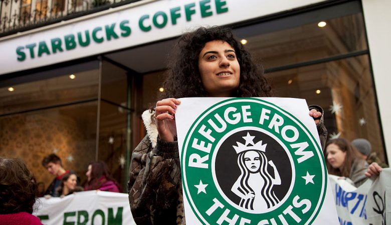 1. Apple, Starbucks en Google moeten belasting gaan betalen over winsten in het buitenland De Republikeinen hebben hun wetsvoorstel voor de hervorming van het belastingstelsel ingediend. Dat is goed nieuws voor de meeste bedrijven die de winstbelasting zien dalen van 35 tot 20 procent. Minder goed nieuws is het voor multinationals als Apple, Google, Starbucks en vele andere bedrijven die veel geld in het buitenland gestald hebben. Deze bedrijven hebben jarenlang winsten opgepot buiten de grenzen van hun thuisland, omdat ze er dan geen winstbelasting over hoefden te betalen. Aan die sluiproute wordt nu een einde gemaakt. 2. Crisis bij luchtvaartmaatschappijen uit de Golf Emirates, Etihad en Qatar Airways zitten in een neerwaartse spiraal, schrijft het Financieele Dagblad. De drie luchtvaartmaatschappijen uit de Perzische golf leken de afgelopen jaren bezig aan een niet te stuiten opmars, maar dit jaar hebben ze alle drie te maken met tegenvallers. Qatar Airways heeft erg veel last van de boycot van Qatar door enkele andere Arabische landen. Emirates zag de winst met 82 procent dalen en Etihad maakte zelfs 1,6 miljard euro verlies. Een van de oorzaken van de crisis is de komst van prijsvechters op de markt voor langeafstandsvluchten. 3. Crisis bij Tesla door problemen productie Tesla 3 Had je gehoopt om begin 2018 al in een Tesla 3 rond te rijden? Waarschijnlijk kun je dat wel vergeten. Aanhoudende problemen leiden ertoe dat de eerste auto's vanwege productieproblemen pas in de loop van 2018 geleverd kunnen worden. Dat is vooral slecht nieuws voor al die enthousiastelingen die al geld hebben neergeteld om een auto te reserveren. Het is heel goed nieuws voor BMW, Nissan, Volkswagen en een hele reeks andere autofabrikanten die de komende jaren met eveneens elektrische alternatieven voor de Tesla 3 gaan komen. 4. 26 miljardairs in Quote 500 De Quote 500, bevat in 2017 26 miljardairs. Nog nooit stonden er zoveel Nederlanders met een vermogen van meer dan 1 miljard euro op