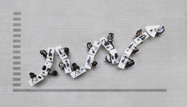 Laten we het cru stellen: een bedrijf opstarten kan iedereen die een beetje ondernemend is. Een bedrijf succesvol laten groeien is andere koek. Uit onderzoek van Deloitte bij 400.000 startende bedrijven in 24 landen blijkt dat slechts één op 200 startups binnen de vijf jaar schaalt tot een onderneming met meer dan 10 miljoen omzet. Van die 400.000 groeiden er exact 103 uit tot unicorns: bedrijven met een waardering van 1 miljard dollar of meer. 'Startups dragen niet bij aan de economie' 'Wat moeten we met startups? Het zijn niet de jonge bedrijven die bijdragen aan de economie', liet Verne Harnish, expert in strategische groei, onlangs optekenen in Het Financieel Dagblad. 'Het gemiddelde groeibedrijf is twintig tot vijfentwintig jaar actief voordat het eindelijk dat punt van snelle groei bereikt.' De succesratio van een scale-up is dus klein, maar volgens Harnish is het een kwestie van te focussen op mensen, strategie, executie en geld. Jan-Willem Van Beek en Ruther Huizenga, auteurs van het boek Voorbij de startup mania voegen daar graag nog zes fundamentele lessen aan toe. #1 Schaal nooit te vroeg Opschalen is als een huis bouwen: het lukt niet als de basis, de fundamenten niet degelijk zijn. Zorg dat je je businessmodel en je waardenpropositie op orde hebt, voor je denkt aan doorgroeien, en neem je tijd. Het onderzoek van Deloitte toont immers ook aan dat scale-ups, twee keer langer doen over de periode oprichting tot marktintroductie, dan start-ups. En dat is oké. Ze nemen hun tijd om de perfecte en noodzakelijke randvoorwaarden te creëren, die exponentiële groei aankunnen. 85 % van de scale-ups kiest dan ook voor een schaalbaar businessmodel dat een brede (internationale) uitrol toelaat. Bij startups is dat amper 25%. Ben jij echt de man of vrouw die je bedrijf de volgende fase in kan rollen? #2 Wees er als leider klaar voor Aan de basis van een startup ligt dikwijls een pionier, een uitvinder, een bedenker. Maar een pionier is geen manager. 'Een club jonge hon