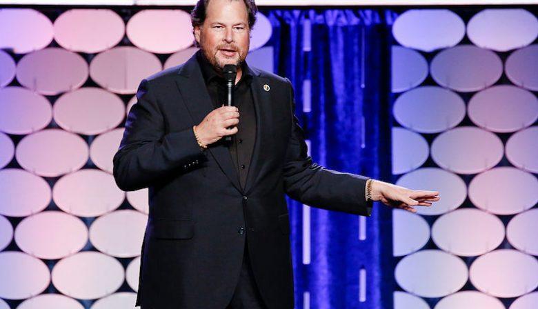Marc Benioff is een van de weinige tech-CEO's die ook daadwerkelijk uit de Bay Area bij San Francisco komt. Hij groeit op in San Francisco als de zoon van Russel Benioff, eigenaar van een warenhuis. 'Mijn werkethiek leerde in van hem', zei Mark bij zijn overlijden. Op zijn vijftiende lanceerde hij zijn eerste softwarebedrijf, Liberty Software, dat spellen maakte voor de Atari 800 computer. Met zijn eigen bedrijf verdient hij al snel 1500 dollar per maand, genoeg om zijn eigen studie aan de University of Southern California te betalen. Apple In de zomer klust hij bij bij Apple, waar hij als programmeur werkt bij de Macintosh divisie onder Steve Jobs. 'Die zomer ontdekte ik dat het voor een ondernemer mogelijk was om revolutionaire ideeën aan te moedigen, schrijft hij erover in zijn boek Behind the Cloud. Hoewel hij het programmeren leuk vindt, moedigt een van zijn docenten hem aan om de zakelijke kant te ontdekken. Na zijn studie gaat hij aan de slag bij software bedrijf Oracle. Rookie of the year Binnen Oracle gaat Benioff hard. Op zijn 23e wordt hij uitgeroepen tot 'rookie of the year' en op zijn 26 schopt hij het tot Vice President, hij is daarmee de jongste VP in de geschiedenis van het bedrijf. Ook valt de jonge Benioff op bij Larry Ellison, de CEO van het bedrijf. De twee raken bevriend en Ellison wordt een soort mentor voor Benioff. Niet iedereen binnen Oracle is even groot fan. 'Hij had goede ideeën, maar hij haalde weinig omzet binnen en hij had geen respect voor de organisatie of het politieke spel', zegt voormalig Oracle president Ray Lane. Ook was er kritiek op de hoeveelheid geld die Benioff uitgaf. Hij kon met gemak een miljoen dollar uitgeven aan een lancering van een product, waarbij iedereen een spijkerjack met logo kreeg, of hij een masseurs inhuurde om ze medewerkers te ontstressen voor een groot event. 'Hij gaf meer uit aan T-shirts dan hij binnenhaalde aan inkomsten'. Hawaii Maar na 13 jaar bij Oracle is Benioff wel klaar voor iets nieuws. Hij ne