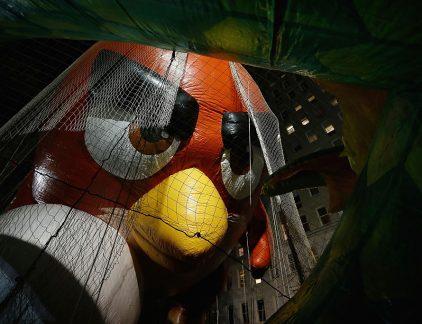 1. Duikvlucht op de beurs voor Rovio, bedrijf achter Angry Birds Een onverwacht verlies in het derde kwartaal van 2017 zorgde donderdag voor een duikvlucht het gamebedrijf Rovio op de beurs in Helsinki. Het Finse gamebedrijf, dat sinds september een beursnotering heeft, leek op de goede weg onder de nieuwe CEO Kati Levoranta (lees hier haar profiel op MT). De koers kroop langzaam omhoog van de introductiekoers van 11,50 richting de 12 euro. De eerste kwartaalcijfers die het bedrijf sinds de beursnotering donderdag presenteerde, vielen beleggers zo vies tegen dat de koers 22 procent daalde.Het verlies bedroeg 800.000 euro tegen een winst van 3,9 miljoen in het derde kwartaal in 2016. Het blijkt erg moeilijk voor Rovio om de mobiele gamer te blijven boeien met de boze vogels. Het wil ook maar niet lukken om echt grote nieuwe hits op de markt te brengen. 2. SPD wil misschien toch Merkel steunen Europa's grootste economie krijgt misschien toch nog vrij snel een nieuwe regering. De kans leek groot dat er nieuwe verkiezingen zouden komen nadat de onderhandelingen tussen CDU/CSU, FPD en de Groenen vorige week waren stukgelopen. De SPD van Martin Schultz lijkt nu echter toch bereid om te praten over een 'Grosse Koalition' met de CDU van Angela Merkel, of ten minste over steun aan een minderheidsregering. Duitsland was de afgelopen jaren dé stabiele factor in Europa. Met de Brexit op komst zullen velen opgelucht ademhalen als er weer een regering in Berlijn is aangetreden. 3. John de Mol wil met Talpa strijd aanbinden met Google en Facebook Talpa is het enige Nederlandse mediabedrijf van betekenis, en adel verplicht. John de Mol wil dat zijn bedrijf een breed Nederlands mediabedrijf wordt dat zich de kaas niet van het brood laat eten door Google en Facebook. Die twee Amerikaanse techreuzen gaan er namelijk met een steeds groter deel van advertentiebudget vandoor. Alleen een groter Talpa kan weerstand bieden tegen de buitenlandse bedrijven. De Mol vindt ook dat Den Haag zich 