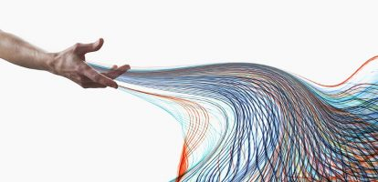Uit onderzoek van het MIT Center for Digital Business blijkt dat de 30 procent vande bedrijven die het meest gebruikmaaktvan datagedreven besluitvorming,gemiddeld 5 procent productiever is dan deconcurrenten en 6 procent winstgevender.Leiders die op de juiste manier met bigdata omgaan, kennen hun business beteren kunnen die inzichten vertalen in beterebesluitvorming en resultaten. Tot dieconclusie komen onderzoekers aan deAmerikaanse Kellogg School of Management.'Big data isn't a data science problem.It's a leadership problem.' Laten we de bestseller Moneyball vanMichael Lewis nog eens ter hand nemen.Het boek vertelt het verhaal van BillyBeane, manager van het honkbalteam de Oakland A's. Met slechts een kleinbudget om nieuwe spelers aan te kopenziet hij zich voor een lastige taak gesteld. Via data-analyse ontdekt hij een aantalfactoren die kunnen voorspellen wie eenveelbelovende honkbalspeler wordt. Deaankoop van kennelijk ondergewaardeerdespelers leidt zo tot heel wat overwinningenvoor zijn team. Het gebruik van data-analyse in honkbalis op zichzelf niet nieuw, maar Billy Beanewas wel een leider die de potentie ervanbegreep. En hij had ook de moed om opbasis van deze inzichten het roer van zijnorganisatie om te gooien. Wat zijn jouw uitdagingen als leider in een datagedreven bedrijf? Geef niet langer de juiste antwoorden,maar stel de juiste vragen. Zijn data injouw bedrijf schaars, duur of niet digitaalbeschikbaar? Vertrouw dan op je ervaringom te beslissen. Is er echter een overvloedaan data, dan kun je er maar beter gebruik van maken om tot antwoorden tekomen. Je expertise helpt je in dat gevalom de juiste problemen te omschrijven ende goede vragen te stellen. Welke datasetgebruiken we? Waar komen de datavandaan? Wat zeggen de data ons? Welkeanalyses voeren we uit? Let wel: krachtige data kunnen hetmenselijk oordeel nooit volledig vervangen.Als leider moet je nog altijd kansenkunnen detecteren, creatief kunnendenken, een aantrekkelijke visie kunnenpresenteren en 