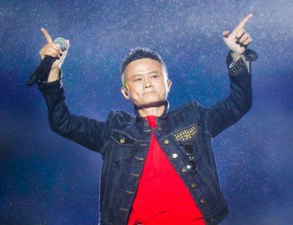 """11 November was een goede dag voor Jack Ma. Op de feestdag Singles day werd er voor een recordbedrag van 21,7 miljard euro verhandeld.Aan het grootste online shoppingevent ter wereld - meer dan twee keer zo groot dan de Amerikaanse Black Friday en Cyber Monday samen - namen meer dan 140.000 handelaars deel, waaronder 60.000 internationale merken. Ma is van huis uit leraar Engels. En hoewel hij nu als CEO van Alibaba groep aan het hoofd staat van een van de grootste e-commerce bedrijven ter wereld heeft hij nog steeds profijt van wat hij toen leerde. 'Wat ik leerde van het leraarschap is dat je er als leraar altijd naar streeft dat je leerlingen het beter doen en succesvoller worden dan jij bent,' vertelt Ma op de bijeenkomst Alibaba's Gateway in Detroit, eerder dit jaar. Die ervaring trekt hij door naar het aannemen van mensen. 'Als ik mensen aanneem zoek ik altijd naar mensen die slimmer zijn dan ik.' En ook aan collega's die mensen moeten aannemen geeft hij ze een criterium mee. """"Kijk naar de jonge man die voor je zit, en als je denkt dat hij over vijf jaar je baas zou kunnen zijn, neem hem aan."""