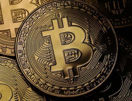1. Beurs Chicago wil handel in Bitcoins mogelijk maken Eind dit jaar moet het mogelijk worden om op de beurs in futures van Bitcoins te handelen, dat kondigde beursbedrijf CME, eigenaar van de beurs van Chicago aan. De aankondiging volgt minder dan een maand op het bericht van datzelfde bedrijf dat dit nooit zou gebeuren, zo meldt Bloomberg. Dit nieuws kwam de waarde van de Bitcoin erg ten goede. Sinds begin dit jaar verzesvoudigde de munt al en kwam dinsdag uit op een record van meer dan 6330 dollar. 2. Criminelen maken websites na Toets per ongeluk rabibank.nl in in plaats van rabobank en de kans is groot dat je op een prima uitziende en functionerende website terecht komt. Alleen is deze site niet van de bank, maar van criminelen die op deze manier gegevens van klanten willen hebben.Volgens gegevens van de Stichting Internet Domeinregistratie Nederland (SIDN) is het aantal nepsites het afgelopen jaar met bijna 50 procent toegenomen, zo meldt De Telegraaf. 3. ASR verliest weer zaak woekerpolis ASR Verzekeringen moet een klant 8000 euro terugbetalen, zo oordeelde de rechtbank in Den Bosch.ASR heeft volgens het hof niet duidelijk genoeg uitgelegd hoe de afgesloten beleggingspolis werkte en welke kosten zouden worden ingehouden.Volgens de verzekeraar betekent dit echter niet dat andere klanten met een vergelijkbaar product eenzelfde claim kunnen maken:'Het betreft een individuele zaakmet individuele omstandigheden waar niet automatisch conclusies aan verbonden kunnen worden voor alle klanten', aldus de verzekeraar op nu.nl. 4. Robots bereiden zich voor op rentestijging Bank of England De Bank of England gaat naar alle waarschijnlijkheid donderdag de rente met 0,5%punt verhogen. De eerste renteverhoging sinds juli 2007. Grote vraag is hoe de computers met dit nieuws om zullen gaan, schrijft Reuters.Algoritmes gebruiken eerdere gegevens over de markt, verwachtingen van vraag, modellen en analyses van krantenkoppen en nemen op basis van hun analyse het besluit om te aan