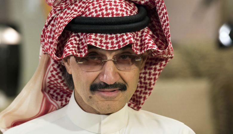 """1. Saudi Arabië bevriest banktegoeden van verdachte prinsen De anticorruptie-maatregelen van de Saudische regering onder aanvoering van kroonprinsMohammed bin Salman beginnen hun weerslag te krijgen op de financiële markten. Nadat eerder 11 prinsen en talloze andere belangrijke zakenlieden waren gearresteerd, zijn nu ook de banktegoeden van deze personen bevroren, melden bronnen tegen persbureau Bloomberg. Onder de personen die door Riyad worden aangepakt, is ook prins Alwaleed Bin Talal, aandeelhouder in onder meer Apple, Twitter en Citigroup. 'De arrestatie van Alwaleed Bin Talal is vergelijkbaar met het arresteren van Bill Gates', aldus Robert Jordan, oud ambassadeur van de VS in het land. Het aandeel van Alwaleeds bedrijf Kingdom Holding verloor al 21 procent sinds zijn arrestatie. 2. Billenknijpen op de Zuidas #metoo Seksuele intimidatie is zeker niet voorbehouden aan de filmindustrie en de tv-wereld. Bij dure advocatenkantoren en banken op de Amsterdamse Zuidas is ongepast seksueel getint gedrag ook niet ongebruikelijk, zo schrijft RTLZ. Met name partners hebben er soms letterlijk """"een handje van"""". Ook komt het voor dat senior medewerkers het aanleggen met stagiairs die ze in een appartementje installeren. Is de prille liefde over, dan moet de stagiair het appartement weer uit. 3. Disneys frontale aanval op Netflix De besprekingen over een eventuele overname van 21st Century Fox door Disney hebben vooral tot doel de macht van Netflix in te dammen, schrijft Quartz. Netflix heeft inmiddels 100 miljoen gebruikers. Maar daarnaast ontpopt de online videodienst zich meer en meer als een eigen producent. Toonaangevende regisseurs gaan met Netflix in zee en daarmee wordt het bedrijf een rechtstreekse concurrent van Disney. Het antwoord van Disney: zelf een streamingdienst opzetten en zorgen dat Netflix minder aanbod heeft. Zo wil Disney zijn producties bij Netflix weghalen. Met een overname van 21st Century Fox zou het aanbod nog verder kunnen worden beperkt ten gunst"""