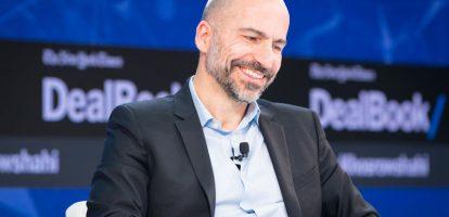 Toen de Iraans-Amerikaanse zakenman Dara Khosrowshahi (48) in augustus van dit jaar gepolst werd voor de positie van topman bij Uber, lag de weg voor hem vrij. Zijn voorganger Travis Kalanick was op een zijspoor gezet vanwege zijn falende leiderschap, en na twaalf jaar als CEO van online reisbureau Expedia was hij wel toe aan iets anders. 'Ik moet bekennen dat ik ook wel bang ben,' schreef hij in een memo aan zijn medewerkers. 'Ik zit hier al zo lang dat ik geen idee heb hoe de buitenwereld eruitziet. Maar de tijden dat ik het meeste heb geleerd waren toch wel toen ik grote veranderingen mee maakte en je uit je comfortzone moest komen.' Dat verlaten van zijn comfortzone, dat had de familie Khosrowshahi al eerder gedaan. Dara wordt geboren in Iran, maar verhuist als kind samen met zijn ouders naar Amerika. 'Onze familie ontsnapte op de avond van de Iraanse Revolutie in 1978, ik was negen jaar,' vertelt Khosrowshahi over die tijd. Het gezin komt bij een oom in Tarrytown in de staat New York te wonen. USA Networks Het grootste deel van zijn carrière werkt Khosrowshahi bij de Amerikaanse televisiezender USA Networks. Na zeven jaar als analist bij zakenbank Allen & Co gewerkt te hebben, stapt hij over naar de zender waar hij de strategische planning beheert, CEO wordt over het interactieve deel en verantwoordelijk is voor de financiën van de zender. In 2001 koopt de zender online reisbureau Expedia, een deal die bijna niet doorging door 11 september. 'Vlak voordat we Expedia over te nemen officieel werd, vlogen terroristen de Twin Towers binnen. We konden onder de deal uit, maar CEO Barry Diller nam de keuze: mensen zullen blijven reizen en verder leven, dus we gaan door.' In 2005 wordt Khosrowshahi CEO van Expedia, nadat het weer op eigen benen is gezet. Digitale assistenten Verrassend was de benoeming van Khosrowshahi afgelopen augustus wel. In Amerika zijn twee grote techhubs: Sillicon Valley en Seatle. Waar Uber afkomstig is uit de eerstgenoemde, werkte Khosrowshahi 