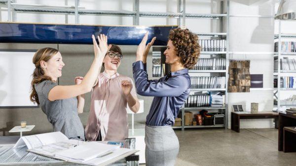 Volgens onderzoek van o.a. Else Ouweneelzijn erdrie manieren om je werkgeluk vergroten, namelijk via: gedragsmatige, cognitieve en motivationele activiteiten. Hieronder staan per manier verschillende interventies waar je mee kunt experimenteren. #1 Gedragsmatige activiteiten Met de onderstaande gedragsmatige activiteiten beïnvloed je jouw werkomgeving direct omdat jouw positieve gedrag het sociale en interpersoonlijke klimaat verbetert. -Vriendelijk gedrag vertonendoor de deur voor iemand open te houden, een collega te helpen, positieve feedback te geven en klanten te adviseren. Onderzoek laat zien dat vriendelijk gedrag aanstekelijk werkt vooral als mensen hun vriendelijke gedragingen variëren en veelvuldig herhalen. -Goed nieuws delendoor behaalde resultaten of belangrijke deadlines te bespreken en samen te vieren. Door successen te delen nemen de positieve gevoelens toe en onthouden we ze langer dan wanneer we ze niet delen. -Sociale relaties koesterendoor een open houding aan te nemen, praktische hulp te verlenen, loyaal te zijn, te luisteren, gerust te stellen en informatie of advies te geven. Vele studies hebben het belang van sociale steun op de werkplek voor het welbevinden van werknemers aangetoond. #2 Cognitieve activiteiten Met de cognitieve activiteiten hieronder beïnvloed je jouw werkomgeving indirect.Door een positiever beeld van de werkomgeving te construeren verandert vooral jouw perceptie. - Dankbaarheid uitennaar collega's of leidinggevenden die jou te hulp zijn geschoten of steun hebben verleend. Door oprecht gemeende dankbaarheid te uiten geef je erkenning aan de bijdragen van anderen en worden negatieve emoties zoals boosheid, irritatie en cynisme onderdrukt. - Vergevenvan een onheuse bejegening of onrechtvaardige behandeling. Diverse onderzoeken laten zien dat gevoelens van empathie en toenadering (in plaats van wraak en ontwijking) een positief effect hebben op het geluk van degene die vergeeft. Bovendien versterkt vergeving interpersoonlijke 