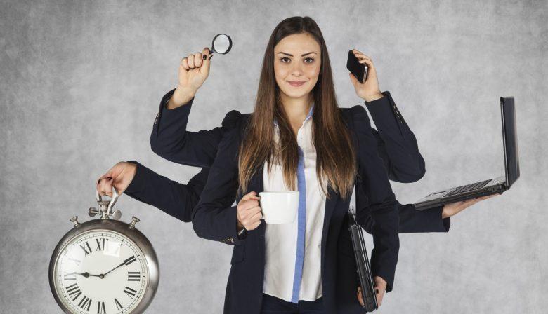 Het evangelie van timemanagement wordt al jaren luid verkondigd door menig managementgoeroe. Allerlei tools en apps helpen ons taken en to do's bij te houden, zodat we nóg productiever zijn, nóg betere resultaten leveren én alsmaar beter worden in werk inplannen, prioriteiten toekennen, meer werk verzetten… Maar dat superefficiënt managen van onze tijd en taken heeft een keerzijde. Continu tekortschieten Veel timemanagementrichtlijnen raden je aan alles wat je kant op komt onmiddellijk te capteren, te evalueren en af te handelen als dat snel kan, of het in te plannen of te delegeren als je het niet snel of zelf kan doen. De echte helden van het timemanagement doen dit op het werk, maar ook privé, voor alles wat gedaan of geregeld moet worden.Getting things doneals levensmotto. 'Als je dat consequent doet, zal je takenlijst aan een beangstigend snel tempo groeien. En het idee dat je al die taken moet afwerken, kan je doen panikeren', Jason Allaire van Cornerstone University Professional and Graduate Studies. 'Timemanagement kan handig zijn, maar het mag je leven niet beheersen. Nu en dan slipt er iets door je vingers. Je hebt grenzen zoals iedereen.' Als je overdrijft, zorgt timemanagement dus voor een langere to-dolijst. En hoe langer die is, hoe meer je op het einde van je dag beseft wat je allemaal níet gedaan hebt. Timemanagement kan je dus het gevoel geven dat je continu tekortschiet. 'Het aantal afgevinkte taken zou geen maatstaf voor succes mogen zijn', aldus Allaire. Meer werk 'Een project zal altijd de hoeveelheid tijd in beslag nemen die ervoor voorzien is.' De Wet van Parkinson is perfect toepasbaar op timemanagement, want hoe efficiënter je taken afhandelt, hoe meer hooi je op je vork kan nemen en hoe meer werk je kant uitkomt.'Hoe beter je wordt in snel e-mails beantwoorden, hoe meer antwoorden je terugkrijgt. De omvang van je inbox neemt exponentieel toe naarmate je mails sneller beantwoordt', weet Allaire. Is de oplossing dan minder hard werken? Mails 