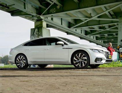GEREDEN Volkswagen Arteon 2.0 TSI4Motion Business R PRIJS Vanaf € 57.655 Vraag honderd mensen naar een lekkere sportieve,ruime coupé met uitstraling en het zal merken regenen.Maar Volkswagen zal niet worden genoemd. Waaromzou Volkswagen AG ook met zoiets frivools komen alshet liefhebbers zonder voorbehoud kan doorverwijzen naar dochter Audi?En toch doet Wolfsburg lekker net of de A5 niet bestaat. Aljaren. Eerst heette zijn vierdeurs coupé nog Passat CC, een generatie later kreeg hij meer kapsones en moest denaam 'CC' volstaan, nu heet de Passat met schuine daklijnen vijfde deur Arteon. Iedereen die de naam Passat noglaat vallen, poetste voor straf zijn tanden met zeep.En het moet gezegd: de Arteon heeft bakken meer uitstraling dan je weet wel. Meer smoel dankzij diegekromde neus met gewelfde motorkap, kloeke geprononceerdewielkasten en een elegante derrière: hier staatecht wat. Waar coupé tot enkele jaren geleden nogbetekende dat het met name voor achterpassagiers en bagage nogal inschikken was, biedt de Arteon met zijnlangere wielbasis misschien een tikje minder hoofdruimte, maar minstens zoveel been- en kofferruimteals de populaire sedan van hetzelfde merk. In het interieur moet je wel goed kijken om het verschilte zien: fraai afgewerkt, voorzien van een mooie virtuele klokkenwinkel en alle elektronische verwennerijis aan boord, maar je zult met exotisch leer aan de slag moeten om echt afstand tenemen van de brave stamvader.Tot zover is de Arteon een welkomalternatief in een microscopisch kleineniche van de automarkt. Maar als hetop rijden aankomt, kiest hij decomfortabele kant. Zelfs in standje sport reageert de koets vaag en een tikje onrustigen ontbreekt uitnodigend stuurgevoel. Daar helptzelfs die synthetisch opgewekte brom niet bij.Daardoor blijven de 280 papieren pk's van zijnopgefokte viercilinder meestal in de kast: dezefraaie flaneerder is toch vooral langstreckentauglich.Net als, overigens, enfin.