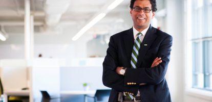 Als innovator in de medische wereld is Atul Gawande constant op zoek naar hoe we ons leven beter kunnen maken aan de hand van medische inzichten. In deze TEDtalk neemt hij het ontwikkelen van complexe eigenschappen op werk onder de loep. Hij pleit het wondermiddel gevonden te hebben om in complexe situaties onszelf beter te ontwikkelen: een coach. 'Hij of zij biedt een realistisch beeld van de vorderingen, kan positieve denkwijzen implementeren en helpen om slechte gewoontes af te leren.' Het gaat volgens Gawande dan ook niet om hoe goed je zelf al bent. 'Maar om hoe goed je uiteindelijk kunt worden.'