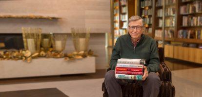 In zijn blog beschrijft Gates dat lezen zijn favoriete manier is om kennis op te doen – naast de interessante gesprekken die hij voert met een verscheidenheid aan mensen via zijn werk. Hij leest dan ook graag gevarieerde boeken: over de opkomst van ISIS tot romans zoals Turtles All the Way Down. Dit jaar maakte hij voor zijn achterban ook een video met daarin een korte beschrijving van zijn favoriete 5 boeken, en waarom. Onder de video staat meer informatie over de boeken en waar je ze kunt kopen. #1. The best we could do Van Thi Bui. Een intens boek over de Vietnamoorlog. Een jonge vrouw vlucht met haar familie uit Vietnam in 1978, net na de oorlog. Wanneer ze zelf een kind krijgt, wil ze meer weten over de achtergrond van haar ouders en gaat ze op zoek naar hun ervaringen in een land dat verscheurd werd door een buitenlandse bezetting. Lees meer informatie over het boek of bestel het boek hier. #2. Evicted. Poverty and profit in the American city Van Matthew Desmond. Niet veel mensen begrijpen hoe ernstig armoede in Amerika is. Dit boek geeft je een kijkje in de wereld van mensen die leven in armoede. Het benoemt de factoren die hierbij meespelen en hoe deze aan elkaar gelinkt zijn. Specifiek wordt de uitzettingscrisis in de Amerikaanse stad Milwaukee aangehaald ter uitleg. Lees meer informatie over het boek of bestel het boek hier. #3. Believe me: a memoir of love, death, and jazz chickens Van Eddie Izzard. Bill Gates is naar eigen zeggen groot fan van deze auteur, comedian en acteur. Eddie Izzard schrijft in het boek over zijn eigen, moeilijke kinderjaren. Door gebrek aan talent moest hij enorm hard werken om de wereldtop te bereiken en een wereldster te worden. Niet alleen mooi, maar ook erg grappig. Lees meer informatie over het boek of bestel het boek hier. #4. The Sympathizer Van Viet Thanh Nguyen. Volgens Gates is dit boek bijzonder, omdat het de Vietnamoorlog eens van de andere kant vertelt. In plaats van de Amerikaanse versie van het verhaal, wordt hierin