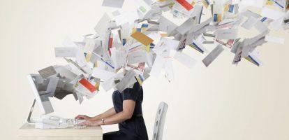 We checken gemiddeld elf keer per uur onze e-mail, blijkt uit onderzoek. Een kwart van onze werktijd gaat naar e-mails. Omdat 84 procent van de kenniswerkers zijn e-mailapplicatie continu openhoudt op de achtergrond, wordt 70 procent van alle binnenkomende e-mails binnen de zes seconden bekeken. We onderbreken dus voortdurend ons werk voor e-mails. De meeste kenniswerkers verwachten niet langer dan drie minuten door te kunnen werken aan hun taak zonder onderbroken te worden. Hoe funest dat is voor de concentratie en productiviteit behoeft geen uitleg. Als het over e-mail gaat, zijn we compleet verkeerd bezig, meent professor Luc Chalmet, die tegenwoordig organisaties bijstaat in het introduceren van een lean cultuur. Houd je inbox rommelvrij 'We laten te veel rommel toe. Toch bestaan er middelen om onze inbox rommelvrij te houden. Onze eigenlijke inbox zou enkel ongelezen berichten mogen bevatten die nuttig of zinvol zijn. Alle andere mails zouden in specifieke folders moeten terechtkomen', adviseert Chalmet. 'Het is een van de basisprincipes van Lean: geef alles een plaats, ook al je e-mails.' Het goede nieuws is dat je in elk programma regels kunt instellen die ervoor zorgen dat binnenkomende junkmails onmiddellijk in een aparte folder terecht komen. Je kunt mails afleiden naar de juiste mappen en je kunt je uitschrijven voor ongewenste nieuwsbrieven. 'Aan het einde van je werkdag moet je inbox leeg zijn' Sluit Outlook af Iedereen weet het, bijna niemand doet het: wie efficiënt met mails wil omgaan, plant beter vaste inboxsessies in. 'Ikzelf plan op een werkdag 2 à 3 inboxsessies van een half uur in', zegt Chalmet. 'Het hangt natuurlijk af van het soort werk dat je doet, maar als je voldoende regels instelt voor je binnenkomende mails, zijn het eerder uitzonderingen die 50 relevante mails per dag ontvangen.' Na een inboxsessie sluit je Outlook – of welk programma je ook gebruikt – af en werk je ongestoord je taken af. Maak een goede mappenstructuur: drastic E-mail
