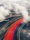 Opslag in de cloud wint steeds meer aan populariteit. 'Deze vorm van opslag heeft zich de afgelopen jaren zo ver ontwikkeld, dat het een aantrekkelijk alternatief is voor traditionele, lokale opslagsystemen als NAS en SAN, zeker voor netwerkorganisaties', zegt analist Henry Baltazar van 451 Research. Inmiddels zijn er cloudoplossingen in allerlei soorten en maten. Storage-as-a-Service Wanneer opslag wordt afgenomen als dienst, spreken we van Storage-as-a-Service (StaaS). Matthijs Teunissen stelt op het blog van Portland dat StaaS niet verward mag worden met andere cloudoplossingen zoals back-up in de cloud of file sync-and-share. 'Cloudback-ups zijn digitale kopieën van je operationele data, die worden opgeslagen in de cloud met als doel de data op je lokale harde schijven te beschermen. Ook bij fss wordt data in de cloud opgeslagen, maar dan met als doel om die data te delen met interne en externe collega's om er zo samen aan te werken. In beide gevallen is StaaS een middel om de betreffende cloudoplossing mogelijk te maken.' Kostenverlaging Fokker Aerostructures werkt samen met klanten, leveranciers en kenniscentra in innovatieve netwerken om hun bijdrage te leveren aan de technologische ontwikkeling van nieuwe materialen die economische en ecologische voordelen bieden in termen van kosten en gewicht. Deze samenwerkingen zorgen voor een datagroei van 100-120 procent per jaar. Het bedrijf koos dan ook voor een private cloudoplossing voor de opslag van niet alleen operationele data, maar ook voor back-up en archivering. 'Daarmee hebben we ons kostenniveau kunnen verlagen, onze flexibiliteit kunnen verhogen en kunnen we eenvoudiger voldoen aan alle eisen op het gebied van data-integriteit en beschikbaarheid', zegt Henk Smit, CIO bij Fokker Technologies Holding waaronder Aerostructures valt. Altijd up-to-date Burst Digital is een organisatie die volledig in de cloud werkt. Het bedrijf ontwikkelt websites met en voor grote merken met een internationale focus. Managing 