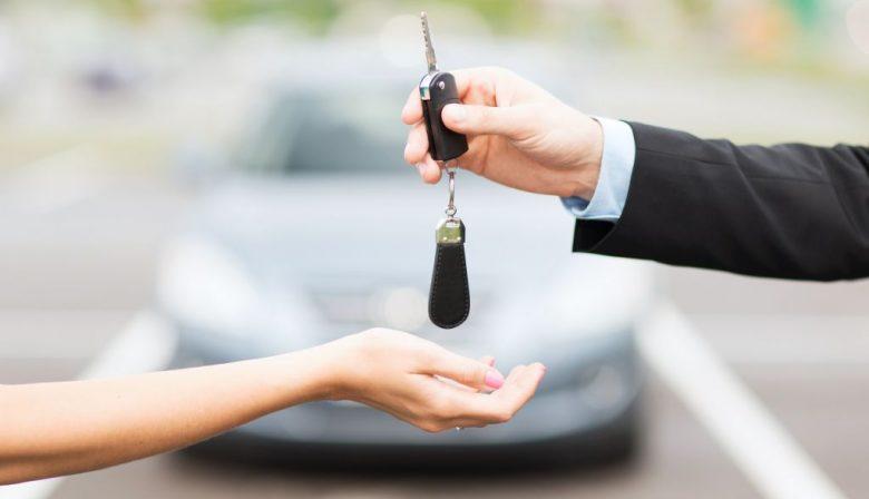 De leaseauto heeft onwrikbare voordelen: de voertuigen staan niet op de balans, zodat er geïnvesteerd kan worden in zaken met een hogere bijdrage aan de winst. Ook de sores (en kosten) van inkopen, onderhoud & reparatie en inruil blijft je bespaard. Je betaalt natuurlijk extra voor rente en marge van het leasebedrijf, maar de operationele kosten zijn vaak weer lager door volume-inkoopvoordelen op de auto's en ROB (reparatie, onderhoud en banden) kosten. Nee, de grote financiële lekkage zit in het ondoelmatig inzetten van de leaseauto. In Nederland staat gemiddeld 60 procent van de leaseauto's overdag stil. Overtuigen en onderhandelen: 6 argumenten Er is een heel effectieve manier om zulke onnodige leaseauto-kosten uit jouw budget te weren: schrap ze! Je moet auto's weer vanuit de gereedschapskist gaan zien: als ze geen bijdrage aan de omzet leveren, dan hebben ze geen recht op de werkvloer rond te slingeren. Zo simpel gaat het natuurlijk niet, want in veel gevallen is de zakelijke auto een arbeidsvoorwaarde (geworden) en/of is hij functie gebonden. De jurisprudentie, waarin verongelijkte lessees van de rechter gelijk krijgen, geeft aan dat je andere tactieken moet gebruiken. O&O: Overtuigen en Onderhandelen. Hier komen zes sterke argumenten om ingegroeide leasepijn te behandelen: #1 De centjes De bijtelling voor privé gebruik kost de lessee maandelijks netto (!) tussen de 200 en 600 euro. Het exacte bedrag staat elke maand keurig op het loonstrookje, maar veel medewerkers en hun gezinsleden kijken er (bewust) overheen of weten dit niet. De vraag mag worden gesteld of dat maandbedrag niet veel effectiever voor een kinderkamer, wintersport of aanvullend pensioen kan worden ingezet. #2 Het klimaat Duurzaamheidsdoelstellingen van het bedrijf betekenen ook omschakeling naar kleinere, hybride en elektrische auto's. Van de klassieke VW Passat diesel via een Jetta Hybride naar een E-Golf, zeg maar. Bij de nieuwe aanpak horen nieuwe leasecontracten en die bieden de kans om s